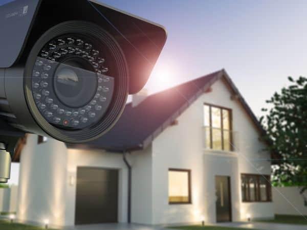 Eine Überwachungskamera von Santec vor einem Haus - Erhältlich bei mde-tec